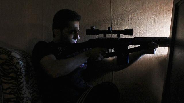 צלף סורי (ארכיון). ניירוז נפגעה משלוש יריות מדויקות (צילום: רויטרס) (צילום: רויטרס)