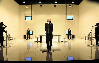 מקהלה כדימוי לתקשורת מציצנית, מתעדת, מתערבת וחטטנית (צילום גדי דגון) (צילום גדי דגון)