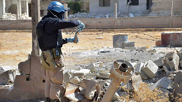UN inspector at site of gas attack near Damascus (Photo: AP)