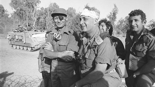 שרון עם התחבושת המפורסמת, לצד שר הביטחון דיין (צילום: במחנה, אברהם ורד) (צילום: במחנה, אברהם ורד)