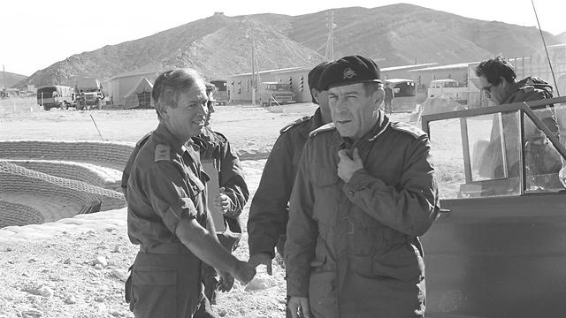 """טליק (מקדימה) עם מג""""ד 440 מנדי מרון בסיני (צילום: במחנה, מוריס) (צילום: במחנה, מוריס)"""