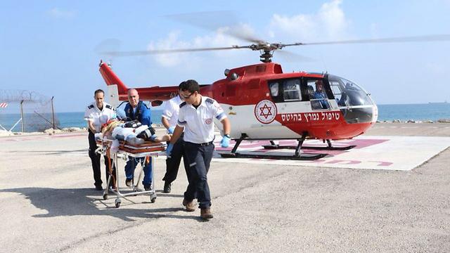 """שתיים מהבנות פונו לבית החולים במסוק (צילום: דוברות רמב""""ם) (צילום: דוברות רמב"""