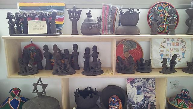 חלק מעבודות של האתיופיות המסמלות את חייהן בגולה (צילום: זיו ריינשטיין) (צילום: זיו ריינשטיין)
