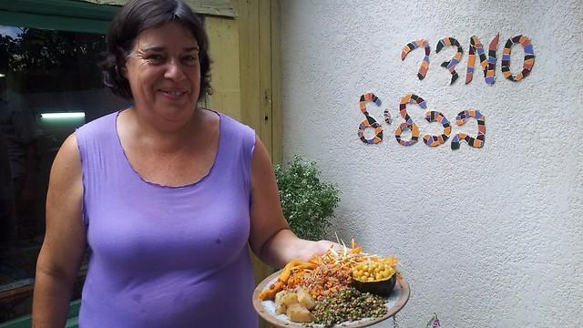 מתמחה בבישול הצמחוני-טבעוני. סמדר ירדני במסעדה שלה (צילום: זיו ריינשטיין) (צילום: זיו ריינשטיין)