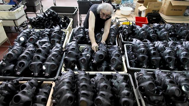 """מפעל לייצור מסכות אב""""כ בקריית גת             (צילום: EPA)"""