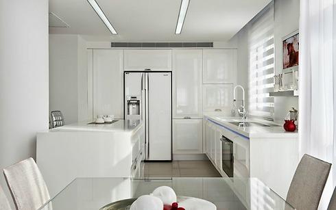 ארונות מטבח בהירים ותאורה נסתרת מתחת למשטח העבודה (צילום: עודד סמדר) (צילום: עודד סמדר)