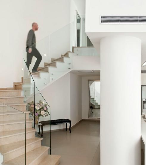 המדרגות לקומה השנייה, בה מוקמו חדרי השינה של הילדים (צילום: עודד סמדר) (צילום: עודד סמדר)