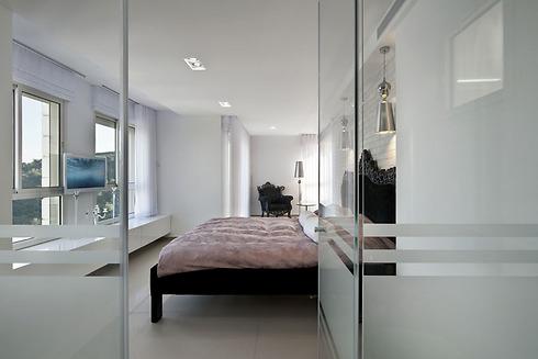 מחיצת זכוכית קלילה מפרידה בין חדר השינה הזוגי לחדר הרחצה הצמוד (צילום: עודד סמדר) (צילום: עודד סמדר)