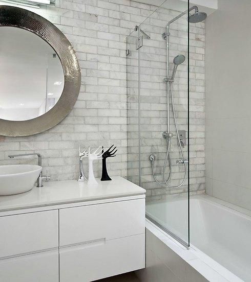 גוונים בהירים ונקיון עיצובי גם בחדר הרחצה (צילום: עודד סמדר) (צילום: עודד סמדר)