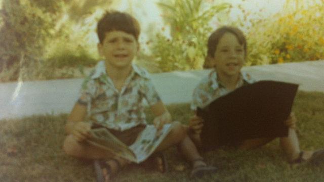 גדעון סער (משמאל) ואחיו גיורא בקיבוץ ()