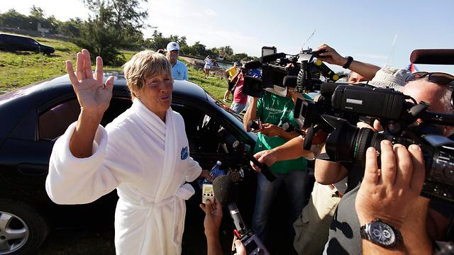 מודה לעיתונאים בקובה לפני קפיצתה למים (צילום: רויטרס) (צילום: רויטרס)