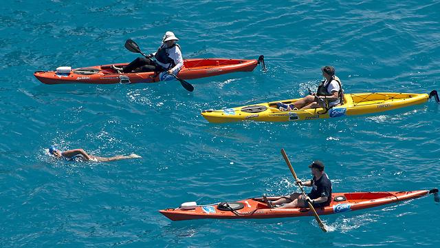 צוותים ליוו אותה במהלך 53 השעות במים (צילום: AP) (צילום: AP)