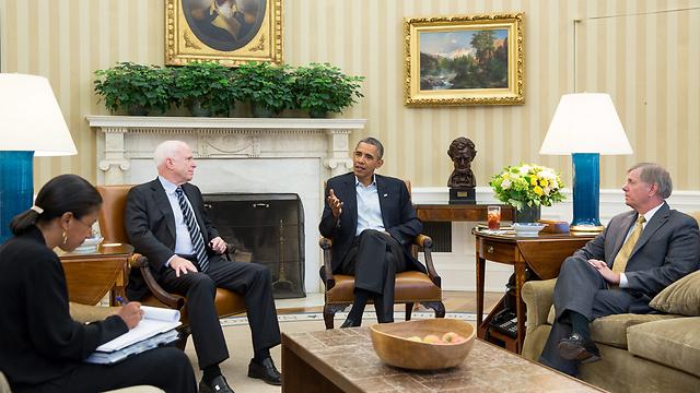 """אובמה נפגש עם מקיין וגרהאם. """"הדרך לאישור התקיפה ארוכה מאוד"""" (צילום: EPA) (צילום: EPA)"""