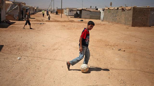 משחקים כדורגל במחנה פליטים בירדן (צילום: AP) (צילום: AP)