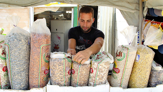 דוכן פיצוחים של פליט סורי במחנה הפליטים זעתרי בירדן (צילום: רויטרס) (צילום: רויטרס)