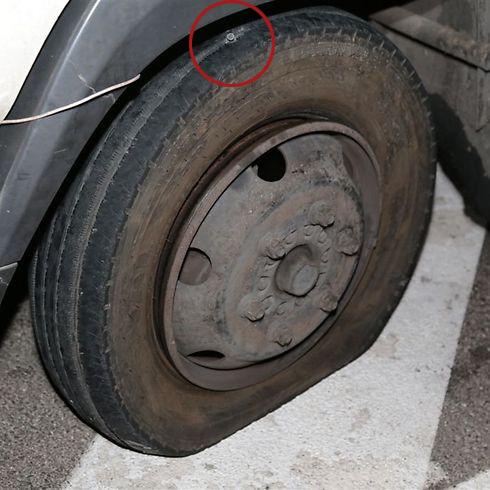 הירי בגלגלי המשאית (צילום: עופר עמרם) (צילום: עופר עמרם)