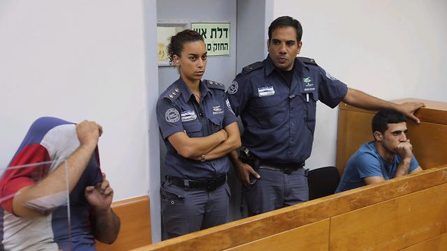 שני החשודים בבית המשפט (צילום: מוטי קמחי) (צילום: מוטי קמחי)