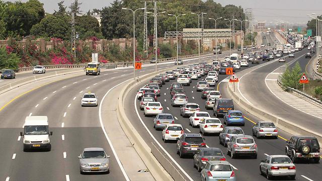 המשטרה מבקשת מהנהגים לצאת מוקדם כדי להימנע מהפקקים (צילום: עידו ארז) (צילום: עידו ארז)