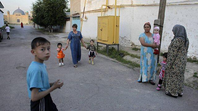 אוזבקיסטן היא המדינה המאוכלסת ביותר במרכז אסיה. תושבי טשקנט  (צילום: AP)