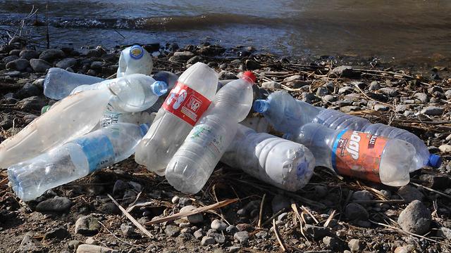 בקבוקים שהשאירו מטיילים בחגים בכנרת (צילום: אביהו שפירא) (צילום: אביהו שפירא)