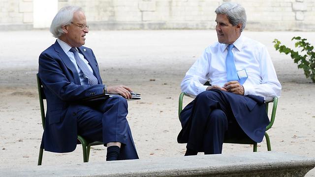 """""""דרש להיות בשיחות דו-צדדיות"""". אינדיק וג'ון קרי (צילום: AP) (צילום: AP)"""