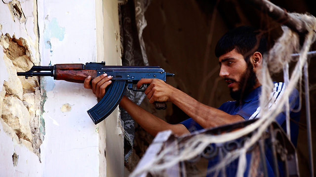 Rebel fighter in gun battle with Assad forces (Photo: Reuters)