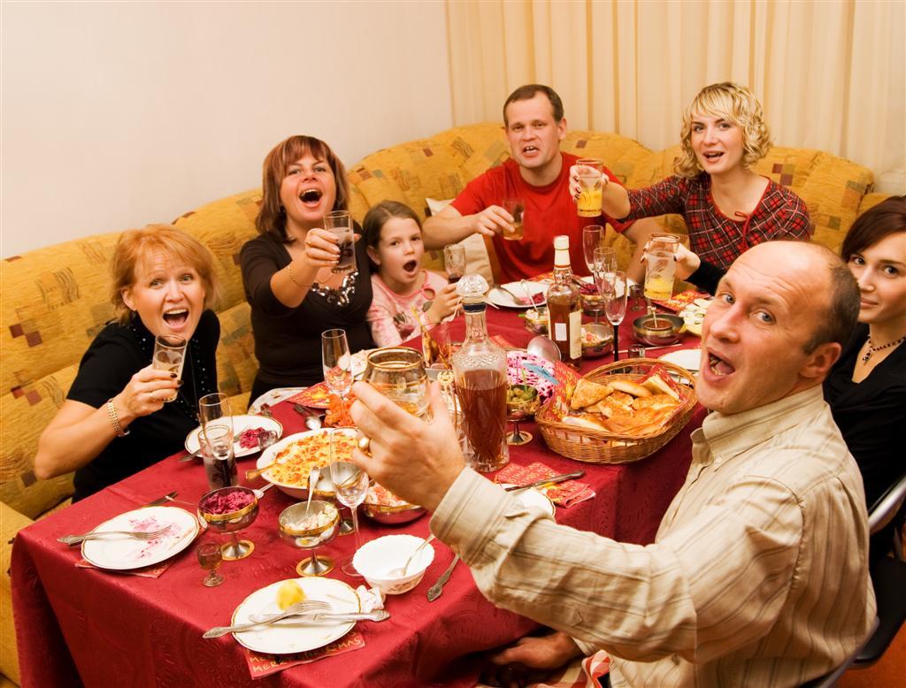 סעודת החג. ותרו על המשפטים הביקורתיים ( צילום: shutterstock ) ( צילום: shutterstock )