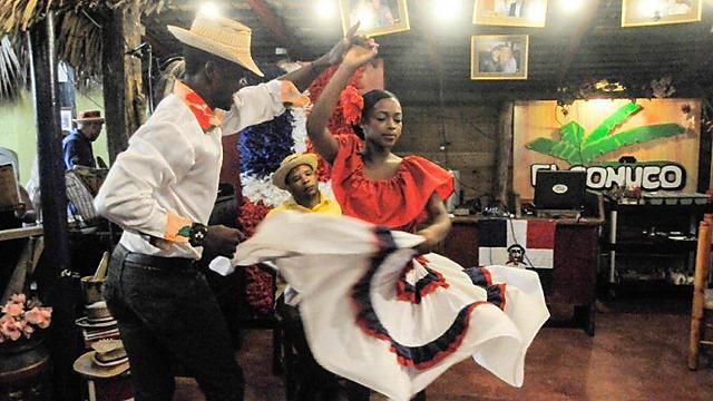 לזמן פה יש קצב משלו. מקומיים רוקדים ברפובליקה הדומיניקנית (צילום: עדי אדר) (צילום: עדי אדר)
