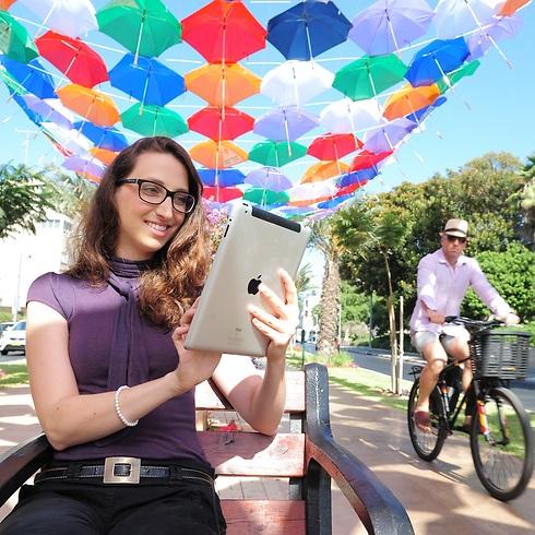 בתל אביב עם האייפד שלי. כיף לנו (צילום: כפיר סיון) (צילום: כפיר סיון)