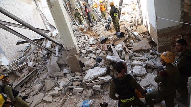 הבניין שקרס בתל-אביב. לא תמיד תוכניות הקבלן תואמות את המצב בשטח (צילום: מוטי קמחי) (צילום: מוטי קמחי)