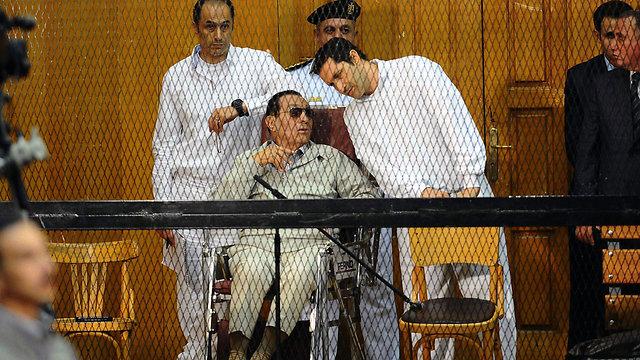 עם הבנים גמאל ועלאא (צילום: AFP) (צילום: AFP)