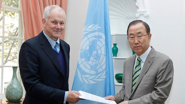 """ראש צוות הפקחים של האו""""ם סלסטרום מגיש את הדו""""ח למזכ""""ל באן (צילום: רויטרס) (צילום: רויטרס)"""