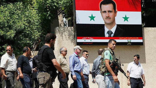 לא קיבל מנדט לחפש אשמים. סלסטרום בדמשק על רקע תמונת אסד (צילום: רויטרס) (צילום: רויטרס)