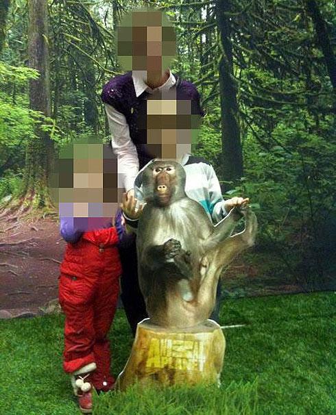 האם יחד עם ילדיה שנרצחו ()