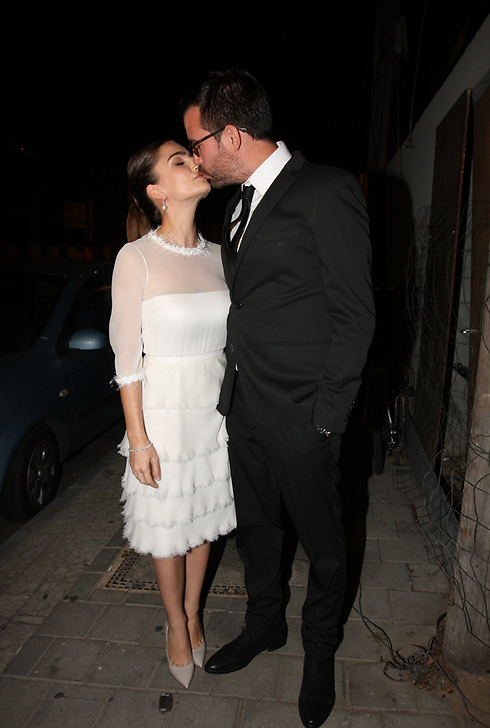 נשיקת הזוג המאושר (צילום: ענת מוסברג) (צילום: ענת מוסברג)