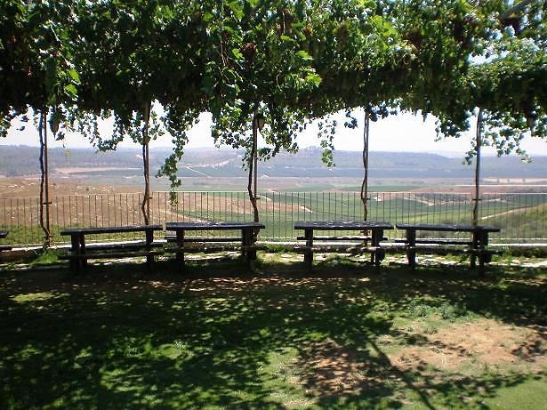 יפה שם, באיזור של צפרירים. תצפית על מטה יהודה (צילום: בועז לביא)