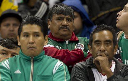 אוהדי מכסיקו לאחר ההפסד להונדורס. המונדיאל נראה רחוק מתמיד (צילום: AP) (צילום: AP)
