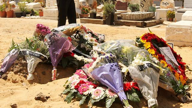 קבריהם הטריים של יהב ועדן שנרצחו על-ידי אביהם (צילום: עידו ארז) (צילום: עידו ארז)