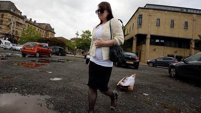 """""""לא החליפה לו חיתולים"""", אמנדה האטון מחוץ לבית המשפט (צילום: גטי אימג' בנק) (צילום: גטי אימג' בנק)"""