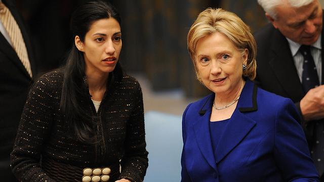 היה רומן? קלינטון והעוזרת שלה, אומה אבדין (צילום: AFP) (צילום: AFP)