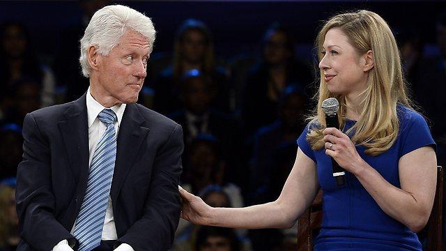 קלינטון ובתו. הייתה הסיבה שהזוג נשאר ביחד? (צילום: AFP) (צילום: AFP)