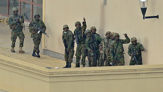חיילי צבא קניה על גג הקניון בניירובי (צילום: AFP) (צילום: AFP)
