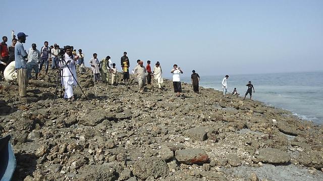 תושבים צועדים על האי החדש. גודלו - כמעט כמו מגרש טניס ()