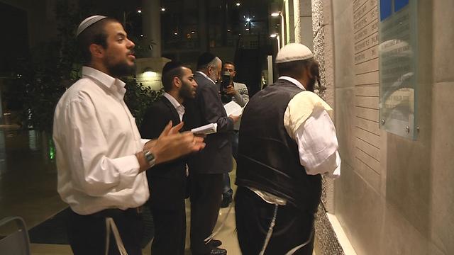 מתפללים בבית הכנסת עם צאת החג (צילום: אלי מנדלבאום) (צילום: אלי מנדלבאום)