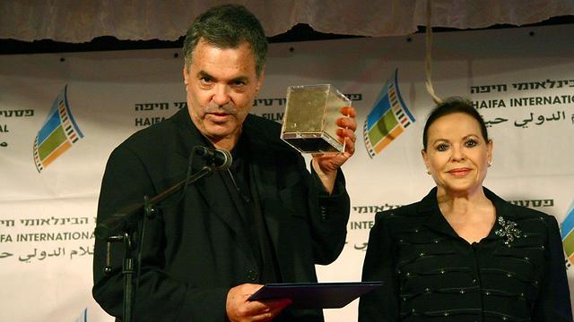 """עמוס גיתאי, זוכה פרס התסריט על סרטו """"אנה ערביה"""", עם גילה אלמגור (צילום: גוסטבו הוכמן) (צילום: גוסטבו הוכמן)"""