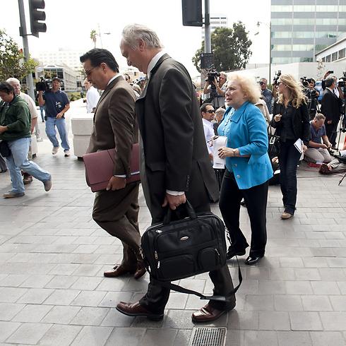עורך הדין סטיב סיידן בדרך למשפטו של מרשו באסלי יוסף לפני שנה (צילום: MCT)