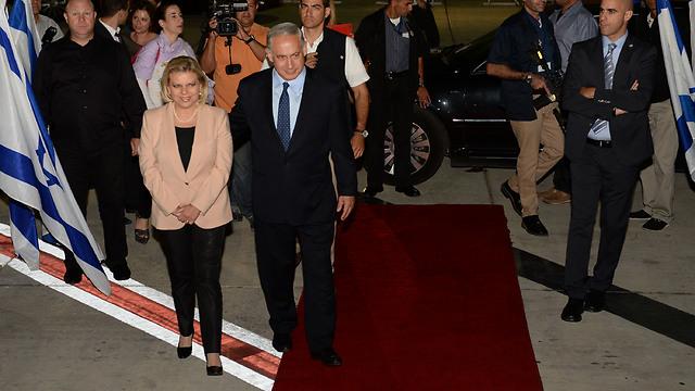 Netanyahu, wife at Ben-Gurion airport before flight to US (Photo: Kobi Gideon, GPO)