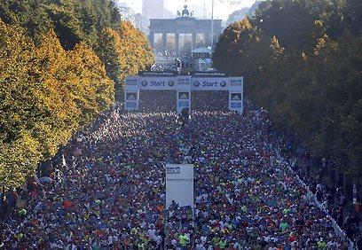 הרצים מוזנקים בברלין (צילום: AP) (צילום: AP)