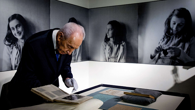 Peres at Anne Frank House (Photo: EPA)