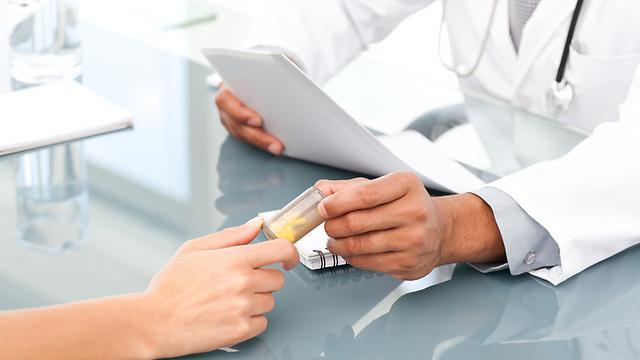 יד הרופאים קלה על ההדק (צילום: shutterskock) (צילום: shutterskock)
